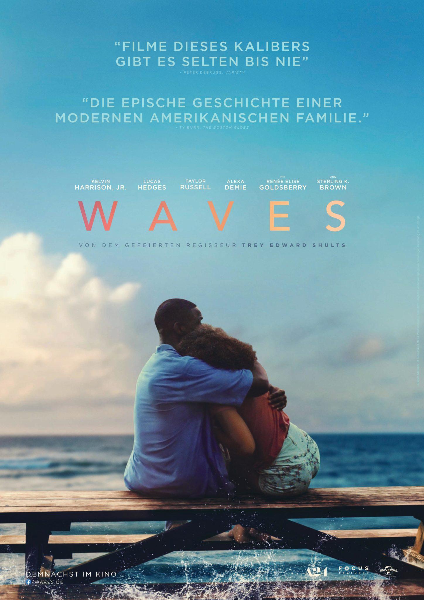 Rupert (Sterling K. Brown) sitzt mit seiner Tochter (Taylor Russell) im Arm auf einer Bank vor dem Meer. Das Poster zeigt den Titel WAVES in goldenen Buchstaben.