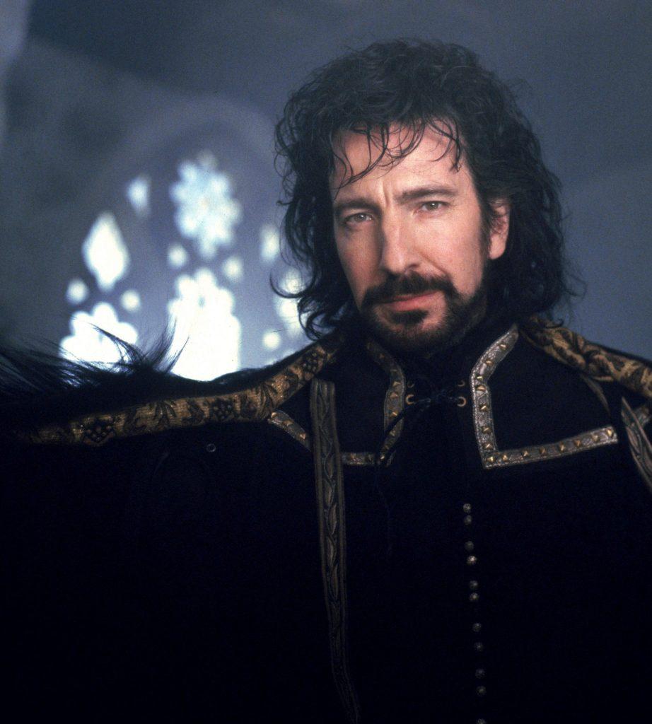 Alan Rickman als Sheriff von Nottingham mit Langhaarfrisur und schwarzer Robe