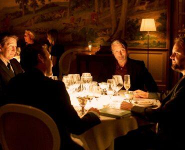 Am Tisch eines Retaurants sitzen die vier Hauptfiguren Tommy (Thomas Bo Larsen), Peter (Lars Ranthe), Nikolaj (Magnus Millang), Martin (Mads Mikkelsen).