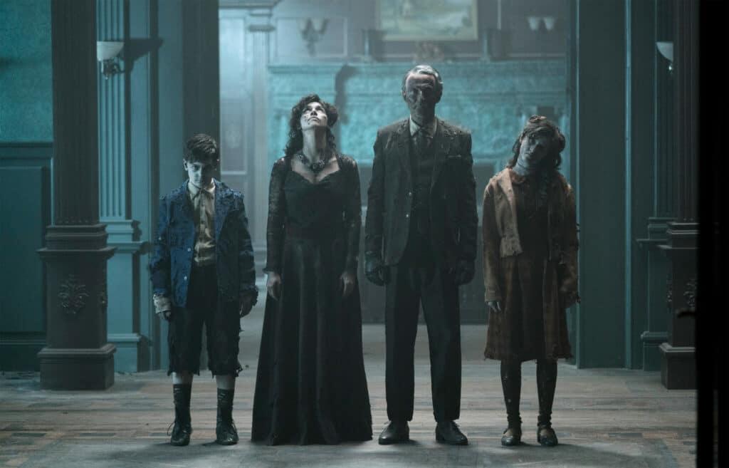 In einem der langen Flure des Anwesens in Ghosts of War sieht man eine mysteriöse Geiserfamilie.
