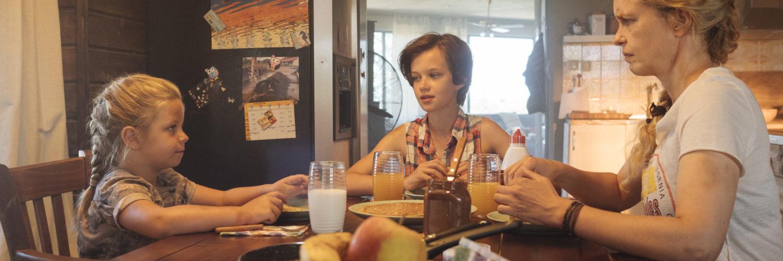 Raya, Nicolina und Wiebke sitzen am Frühstückstisch und Raya wird kritisch beäugt in Pelikanblut