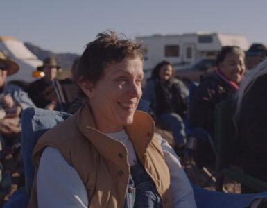 Frances McDormand als Fern sitzt im Camp mit anderen Nomaden auf Stühlen