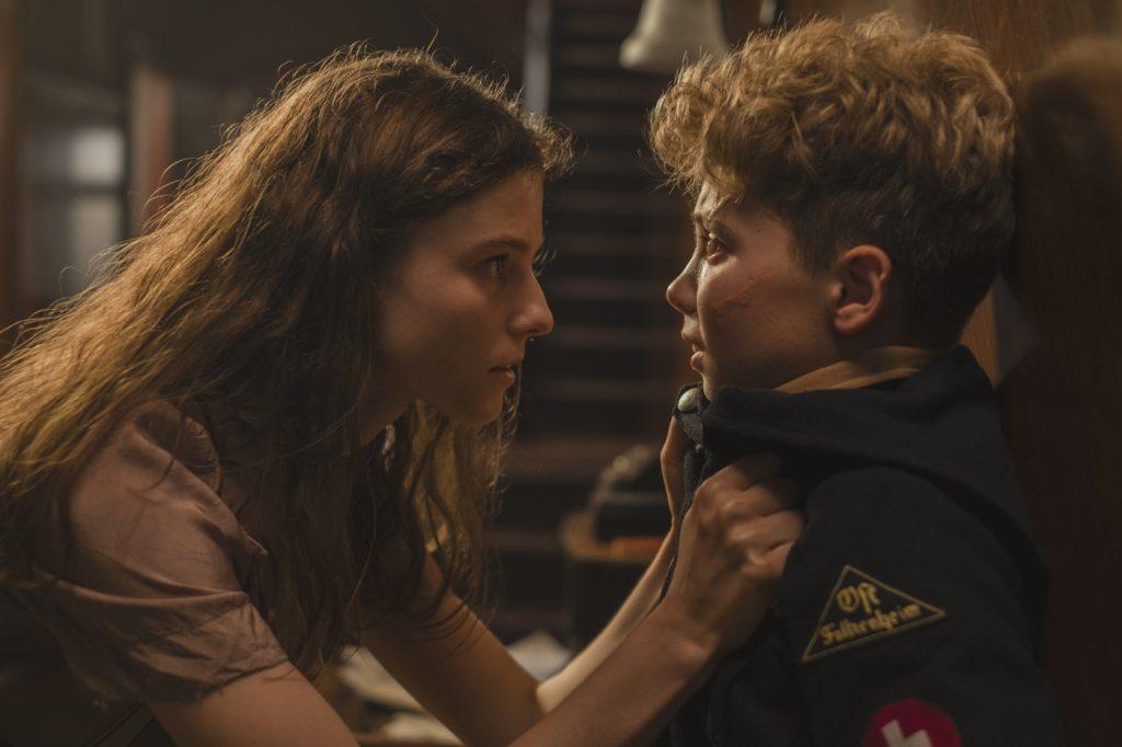 Elsa (Thomasin McKenzie) warnt Jojo Rabbit (Roman Griffin Davis) davor, sie zu verraten