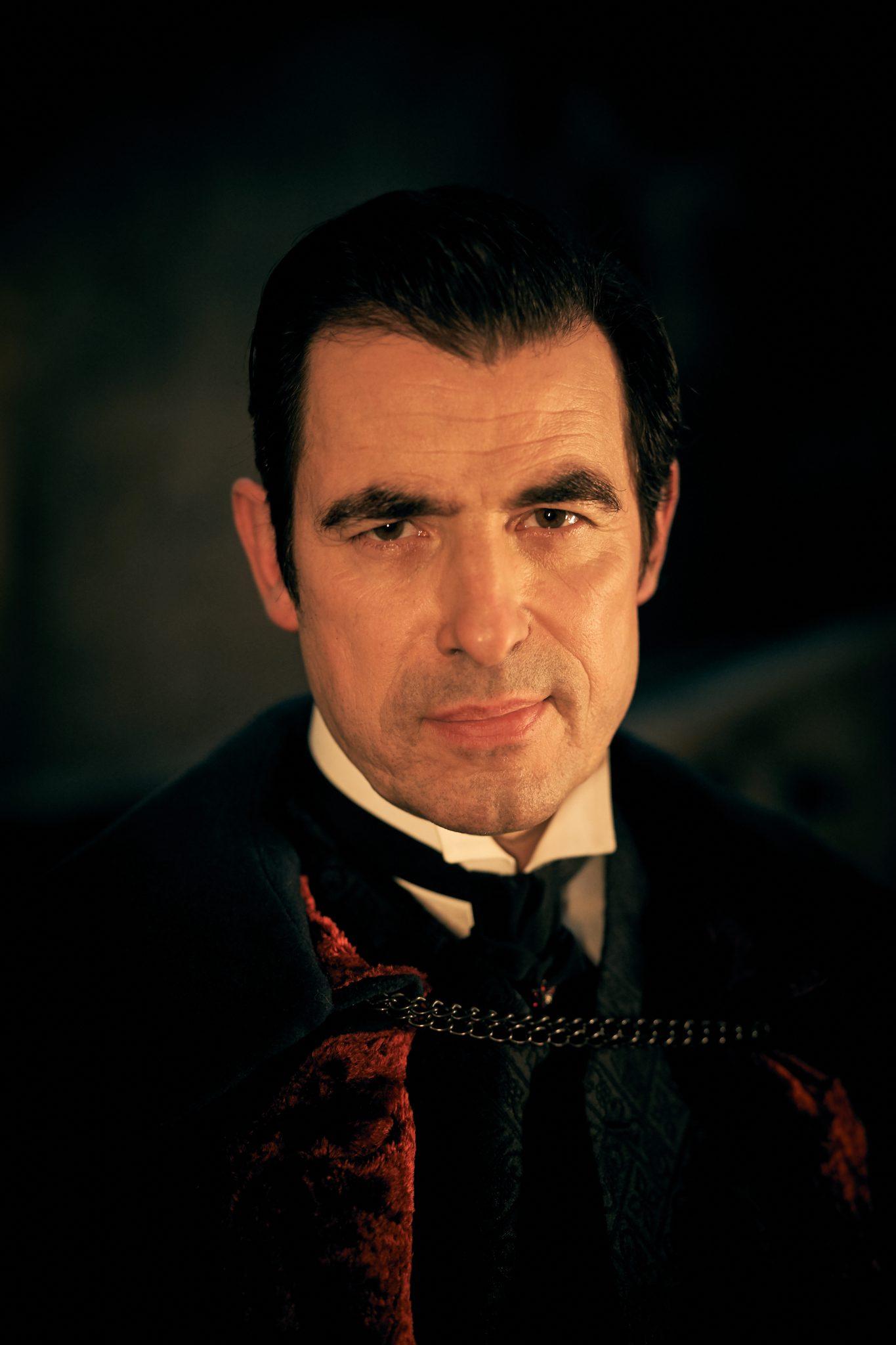 Claes Bang als charmant-arroganter Graf Dracula © Netflix