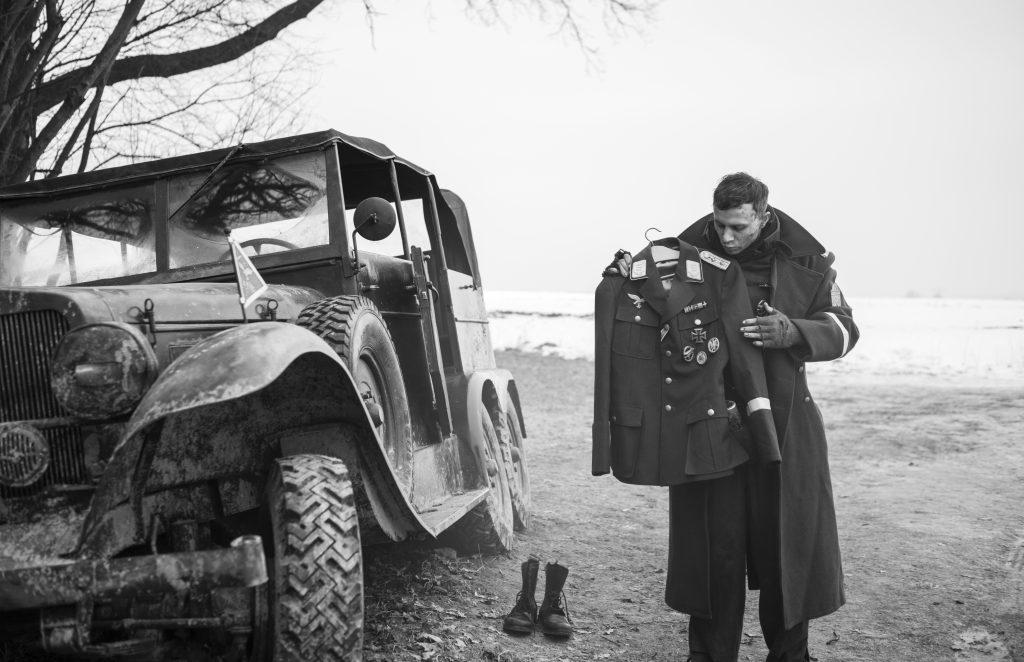 Der Hauptmann - Gefreiter Willi Herold (Max Hubacher) mit seiner neuen Uniform © Weltkino Filmverleih