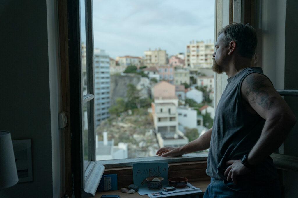 Von seinem Hotelzimmer aus starrt Matt Damon gedankenversunken in die französische Großstadt - Stillwater