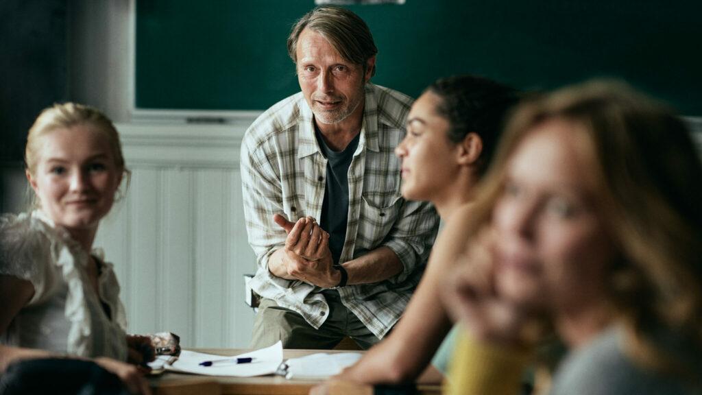 Mads Mikkelsen als Lehrer Martin steht vor seiner Klasse in Der Rausch