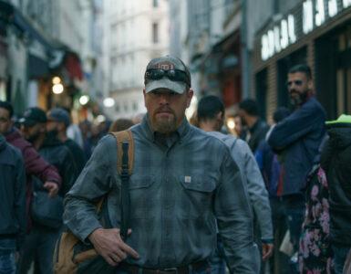 Matt Damon marschiert durch eine belebte Gasse in Marseille - Stillwater