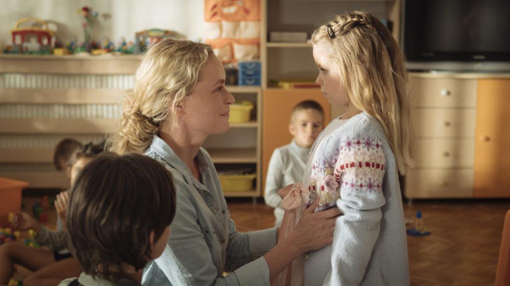 Wiebke und Nicolina holen Raya im Kinderheim ab in Pelikanblut