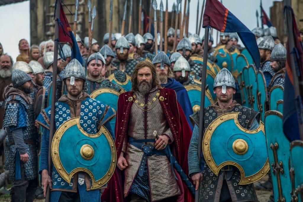 Wikinger mit Speeren und Schilden, Anführer mit Mantel davor