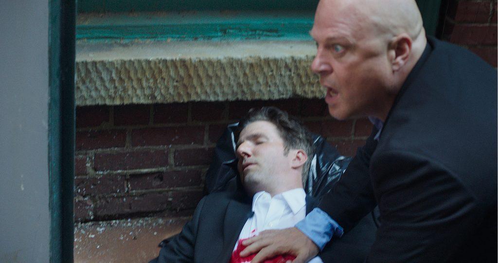 Michael Chiklis kniet als Frank geschockt vor Tyler Jon Olson als sein toter Bruder Joe in 10 Minutes Gone