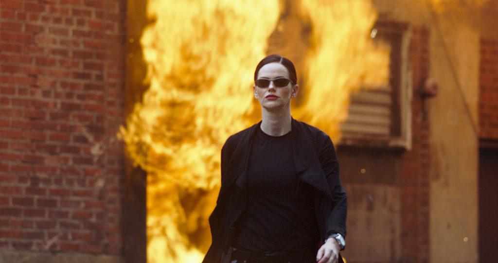 Lydia Hull entfernt sich als Killerin Ivory betont cool von einer Explosion in 10 Minutes Gone