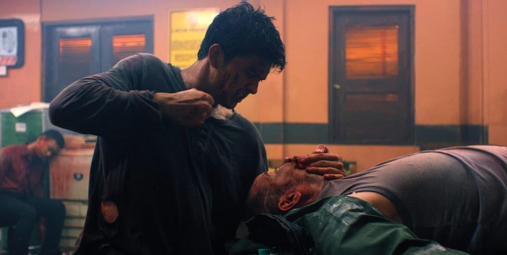 Der brachiale und minutenlange Kampf in einer Polizeistation zählt mit Sicherheit zu den Highlights | HEADSHOT © 2018 Koch Films