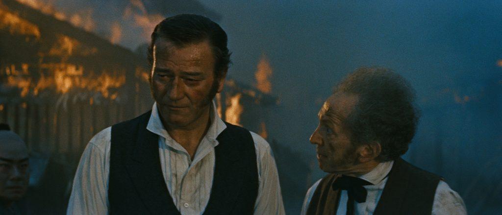 John Wayne und Sam Jaffe versuchen das japanische Dorf durch kontrolliertes Feuer zu retten.