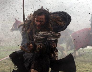 Suskun rennt schreiend in den Kampf, während um ihn herum Erde aufwirbelt, Deliler - Sieben für die Gerechtigkeit
