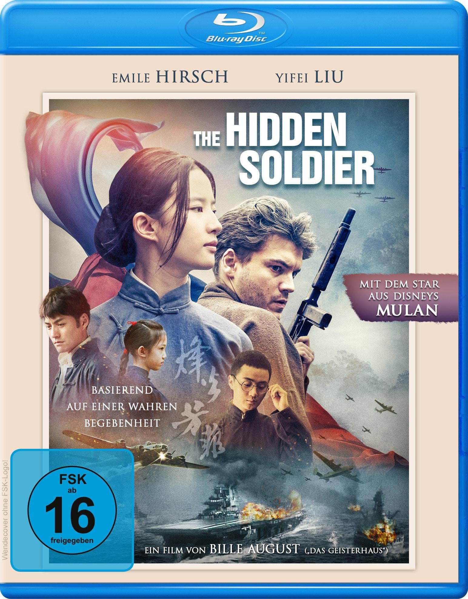Das Blu-ray Cover von The Hidden Soldier mit Emile Hirsch und Yifei Liu in den Hauptrollen. Man sieht die Hauptdarstellerin in traditioneller Kleidung und Hirsch mit einem Gewehr in der Hand. Außerdem sieht man noch einige Nebenfiguren und eine Seeschlacht.