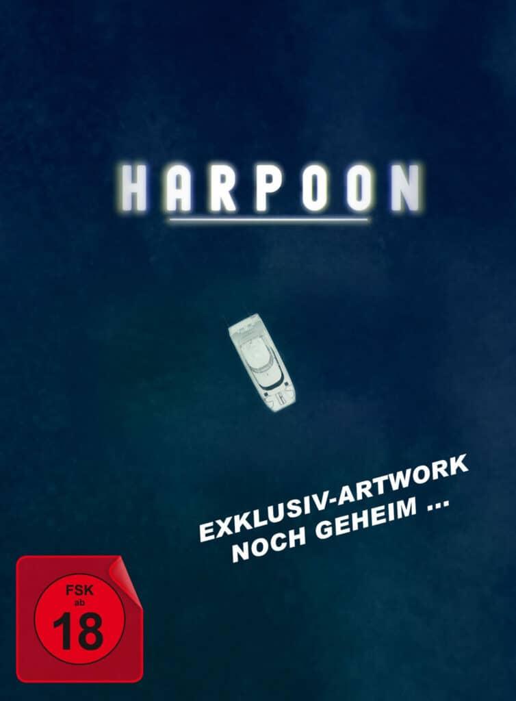 Das Vorabcover zur Mediabook-Veröffentlichung von Harpoon zeigt von weit oben den Blick auf ein einsames Schiff mitten auf dem Wasser