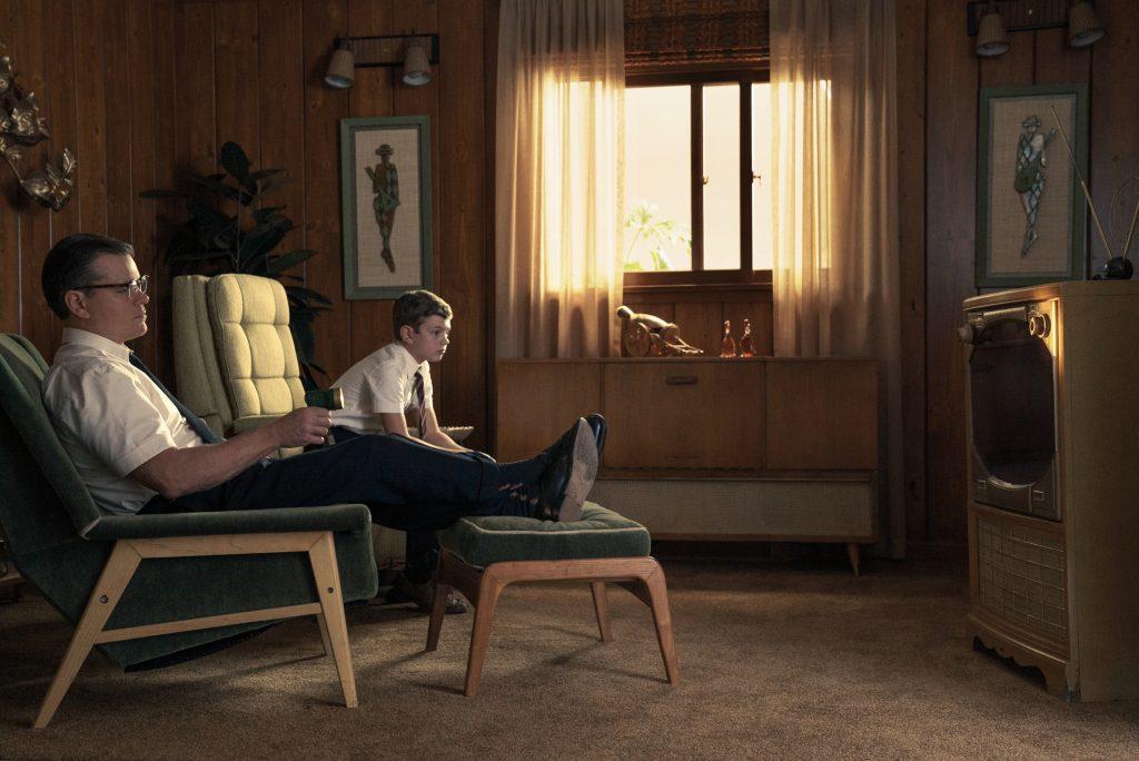 """Matt Damon und Noah Jupe schauen als """"Gardner Lodge"""" und sein Sohn """"Nicky Lodge"""" zusammen fern in """"Suburbicon"""" by Concorde Filmverleih"""