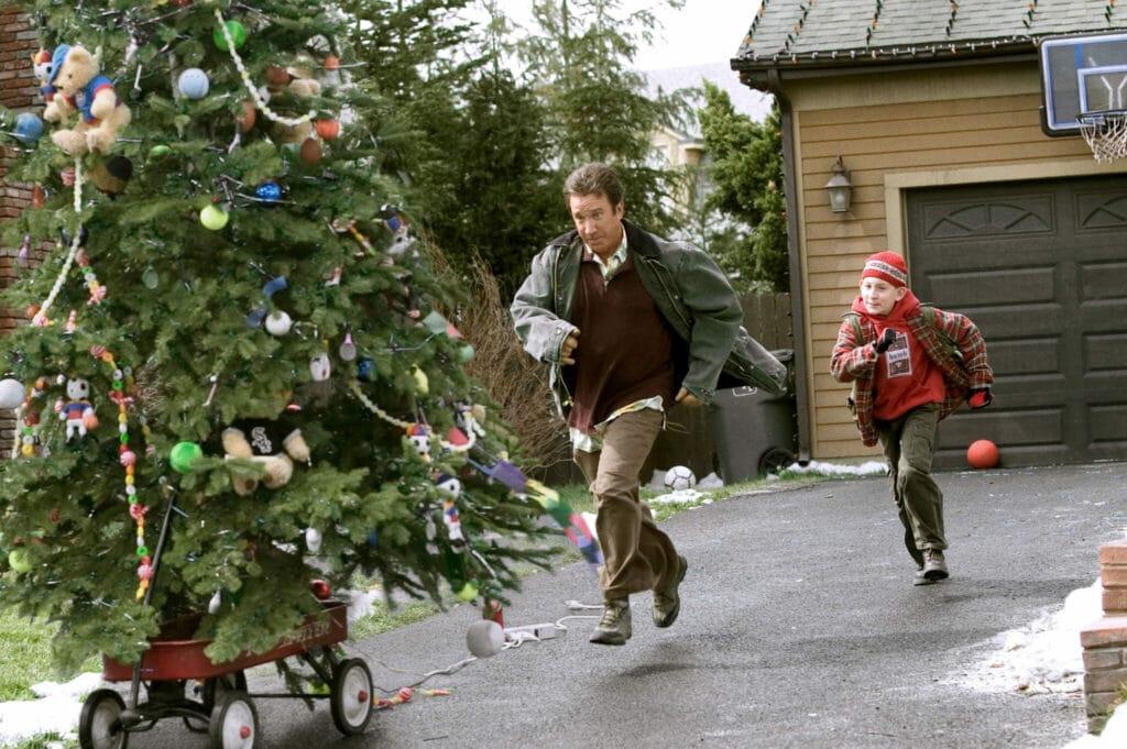 Tim Allen und Erik Per Sullivan laufen einem wegrollenden Weihnachtsbaum hinterher in Verrückte Weihnachten