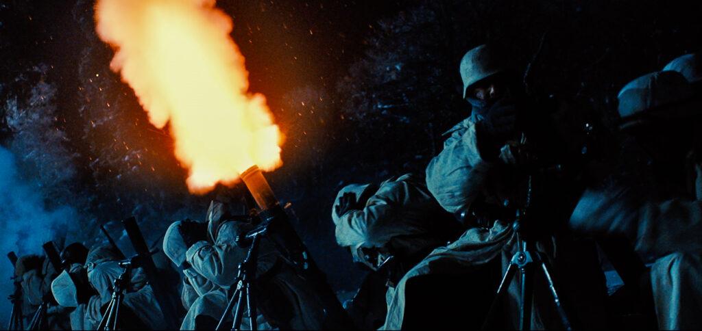 Wehrmachtssoldaten munitionieren ihre Mörser auf und feuern Mörsergranaten in verschneiter Landschaft