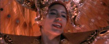 Nahaufnahme einer Tänzerin in einem extravaganten Kostüm, Gefangen in Rio ©Splendid Film