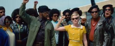 Jean Seberg inmitten der Black Panther Party-Bewegung. Die Arme der zu sehenden Person sind zur Faust Richtung des Himmels gehalten.
