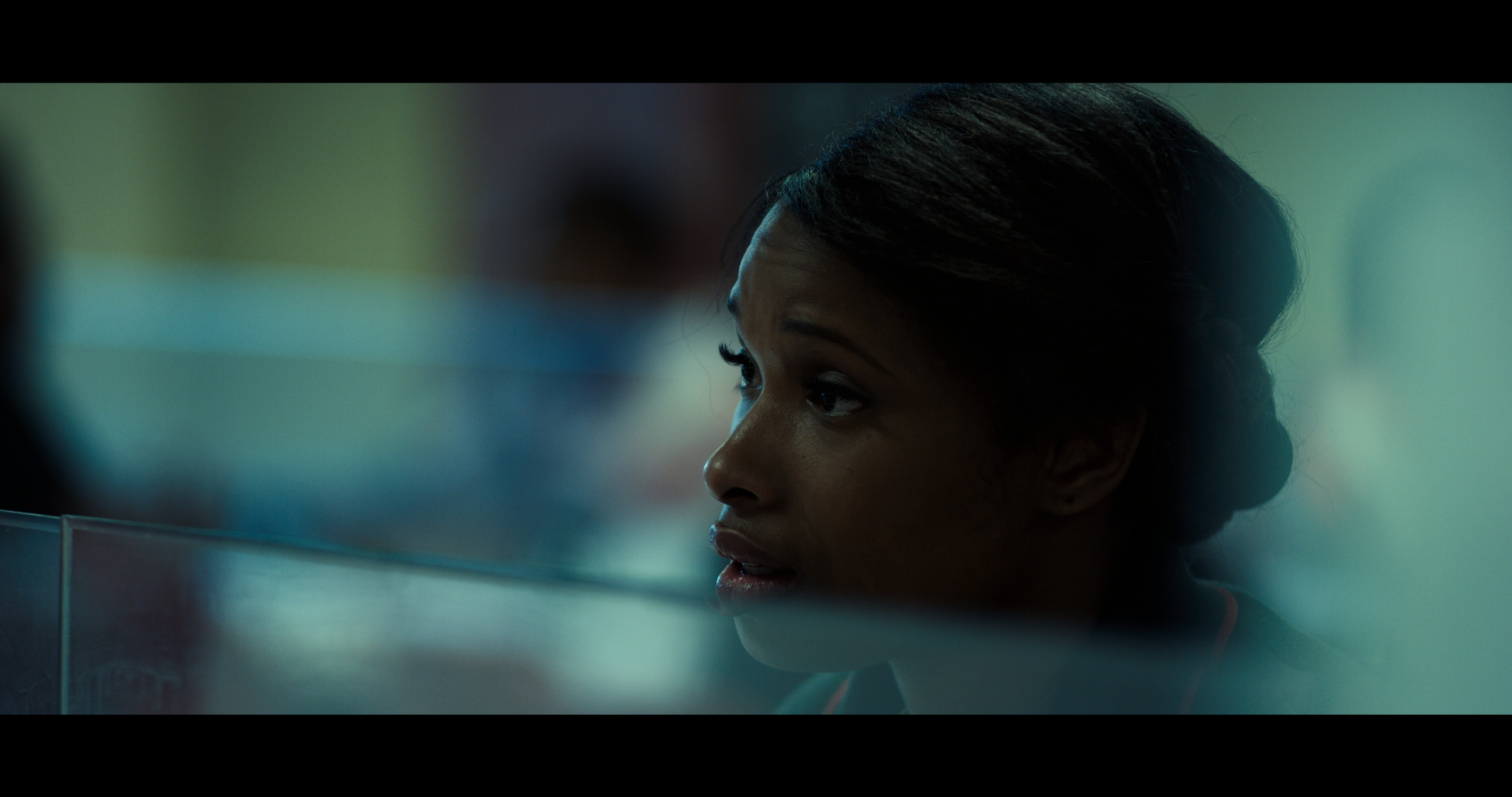 Jennifer Hudson als Mrs. Harmon inMonster! Monster? ist das Regiedebüt eines Musikvideomachers, das von einem Mordangeklagten und dessen Fall vor Gericht erzählt.. Sie blickt leer vor sich hin. Der Hintergrund ist unscharf.