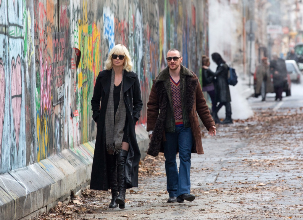 "Lorraine (Charlize Theron) und David (James McAvoy) in ""Atomic Blonde"" direkt neben der Mauer. © Unsiversal Pictures"