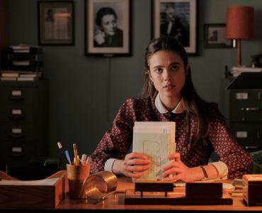 Joanna hat einen neuen Stapel Fanpost zu lesen in My Salinger Year @ Margaret (Sigourney Weaver) muss nachdenken, während Joanna als ihre Assistentin arbeitet in My Salinger Year @ micro_scope