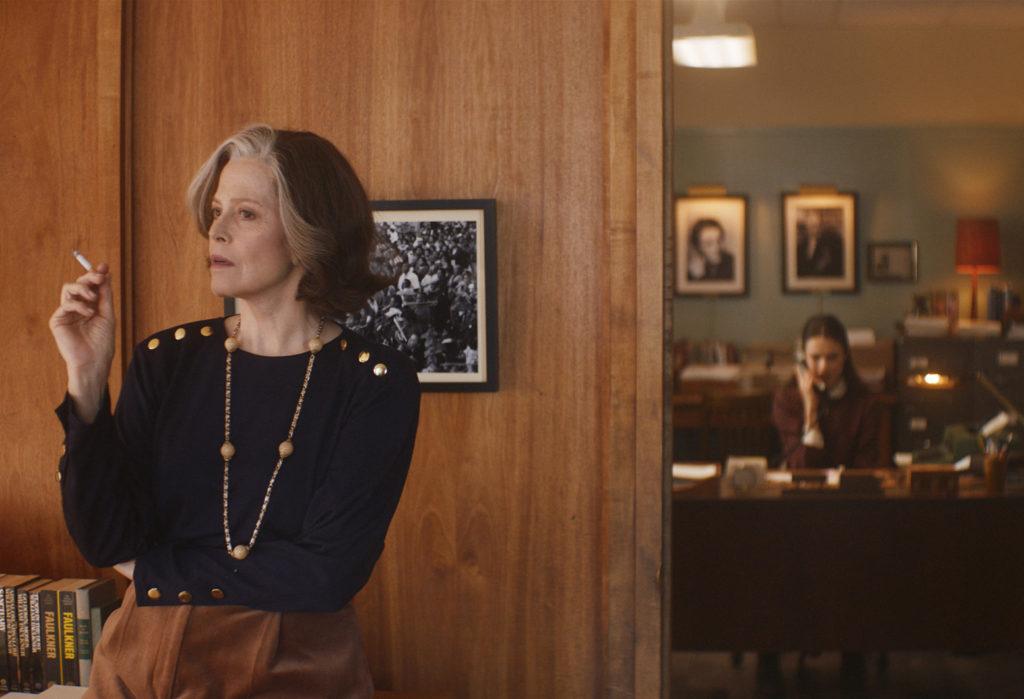 Margaret (Sigourney Weaver) muss nachdenken, während Joanna als ihre Assistentin arbeitet in My Salinger Year @ micro_scope