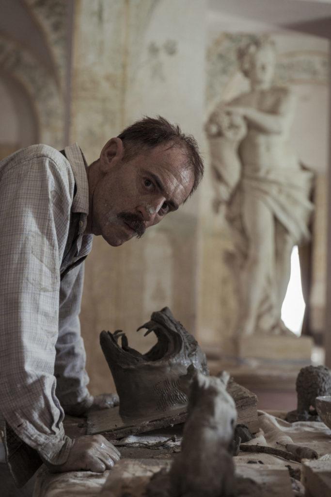 Toni beginnt auch Skulpturen anzufertigen in Volevo nascondermi © Chico De Luigi