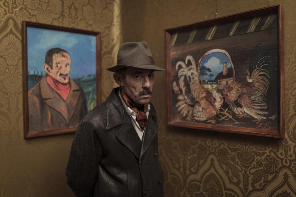 Toni (Elio Germano) stellt seine Kunst in Galerien aus in Volevo nascondermi