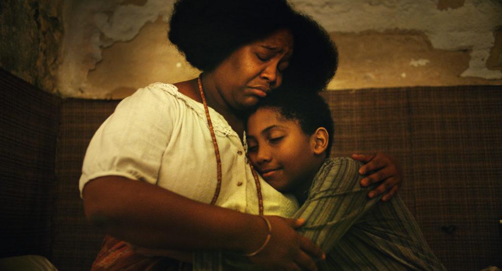 Iná (Mawusi Tulani) versucht ihren Sohn (Agyei Augusto) zu behüten in Todos os mortos © Hélène Louvart/Dezenove Som e Imagens