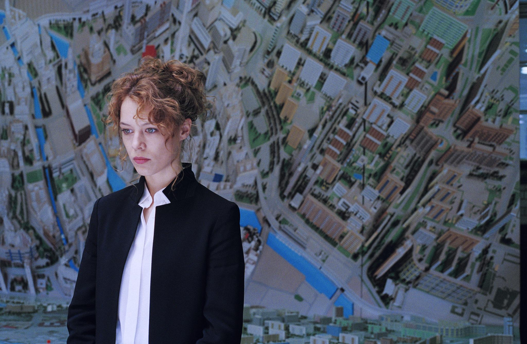 Paula Beer als Stadthistorikerin in Undine