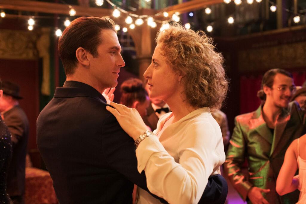 Maren Eggert und Dan Stevens schauen sich auf der Tanzfläche in die Augen - Ich bin Dein Mensch