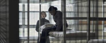 Brooklyn Letexier-Hart sitzt mit gesenktem Kopf im Etagenbett ihrer Zelle, die einem Käfig ähnelt - Night Raiders