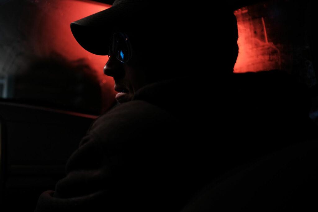 Das Profil des Terroristen ist im Schummerlicht zu sehen - Ted K