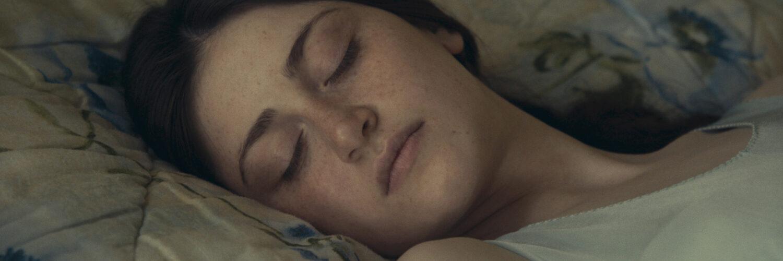 Lisa liegt im Bett und schläft - Was sehen wir, wenn wir zum Himmel schauen?