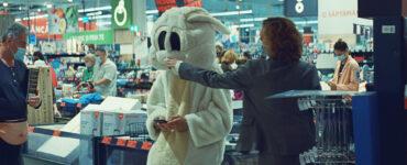 Im Supermarkt drückt Emi dem Maskottchen auf die quietschende Nase - Bad Luck Banging or Loony Porn
