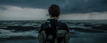 Louise Blazer, die wir in der Rückenansicht sehen, überblickt das Meer in Tides