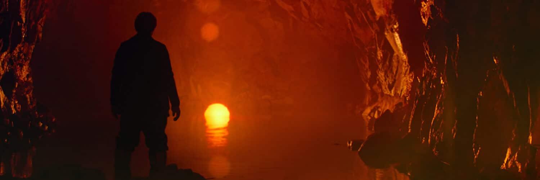 Willem Dafoe sucht als Clint in Siberia Eingebung in der Isolation einer Höhle, in der ein leuchtender Kreis lodert.