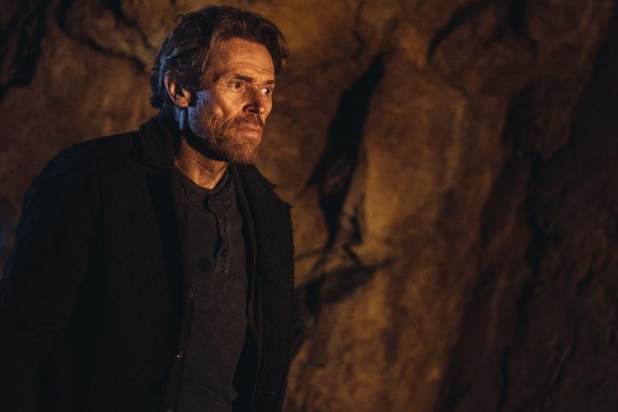 Etwas ratlos blickt Willem Dafoe in Siberia als Clint herein, als er in der Höhle nicht das findet, was er sucht.