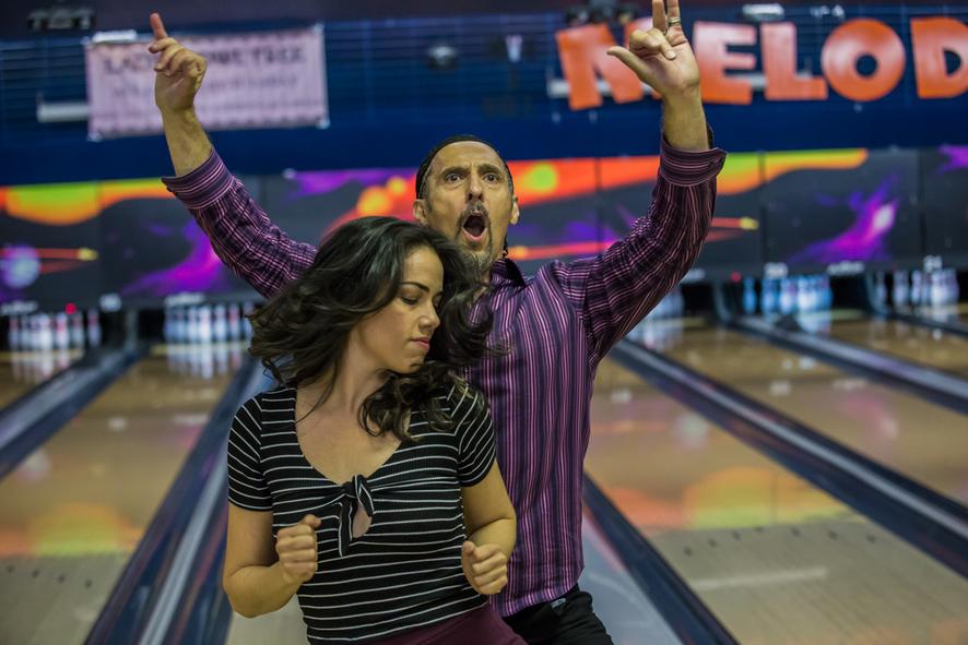 Ausgelassen feiert John Turturro mit einer jungen Frau auf der Bowling-Bahn - Jesus Rolls