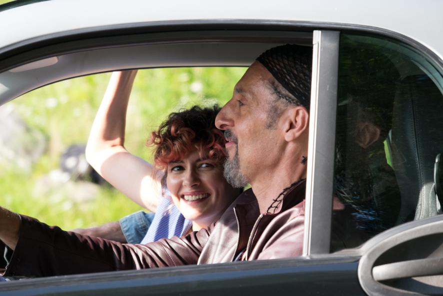 Audrey Tautou und John Turturro sitzen gut gelaunt auf den Vordersitzen ihres Autos - Jesus Rolls