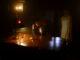 Zack (Mike Manning) sitzt in einem knapp beleuchteten Raum und hat den Telefonhörer in der Hand, während hinter ihm die verstorbene Edith (Lin Shaye) steht.