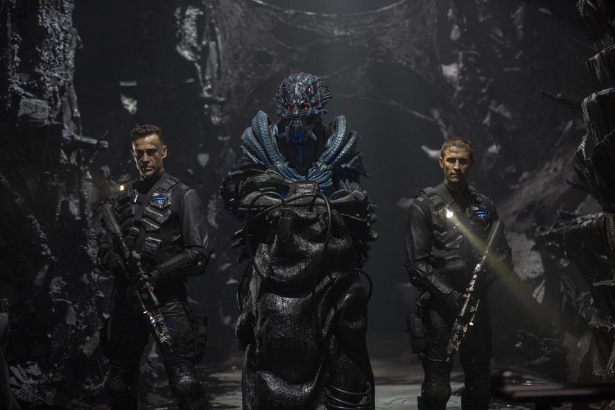 """Hier kämpft ein Alien Seite an Seite mit den Menschen. Diese sind auch nur """"Hüllen"""" mit menschlichen Gehirnen."""