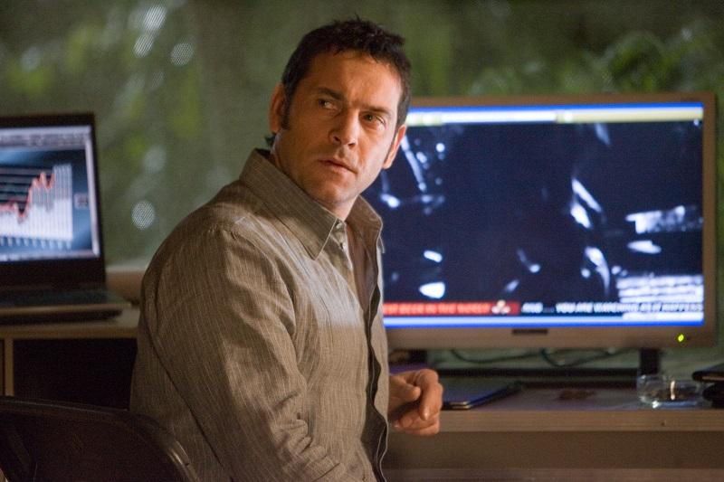 Robert Mammone sitzt vor einem Monitor in Die Todeskandidaten