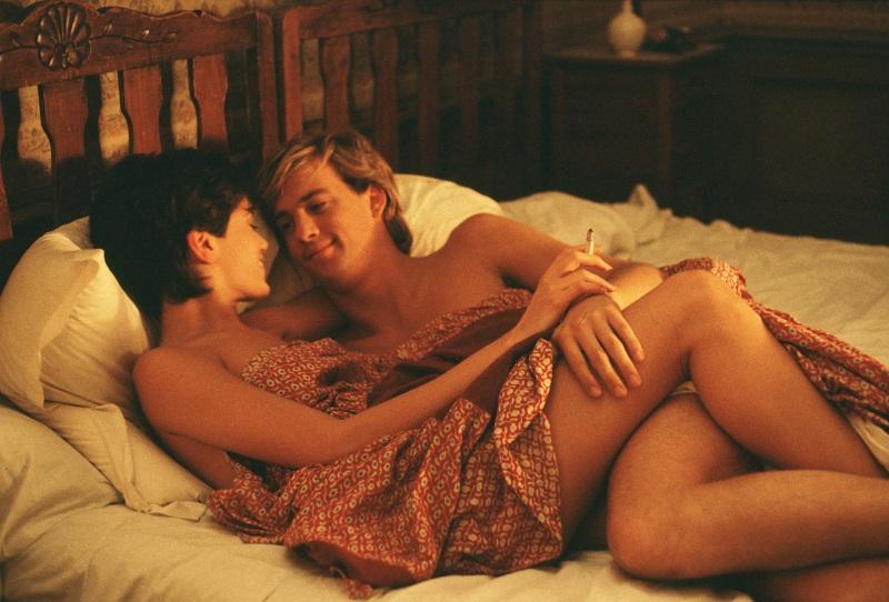 Linda Fiorentino und Anthony Edwards kuscheln im Bett in Gotcha! - Ein irrer Typ