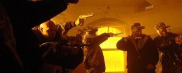 Mehrere bewaffnete Gangster haben ihre Waffen gezückt in Punisher: War Zone