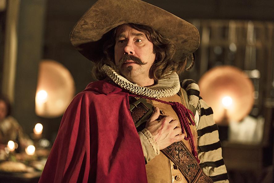 Cyrano de Bergerac in voller Montur, mit Umhang und großem Hut.